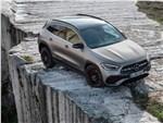 Mercedes-Benz GLA 2021 вид спереди сверху