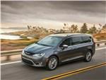 Chrysler Pacifica 2017 вид спереди сбоку