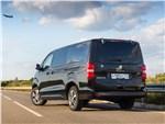 Peugeot Traveller 2018 вид сзади