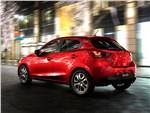 Mazda 2 2015 вид сбоку сзади