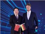 Региональный секретарь Компартии Китая в провинции Ляонин Чен Киуфа и глава BMW Харальд Крюгер