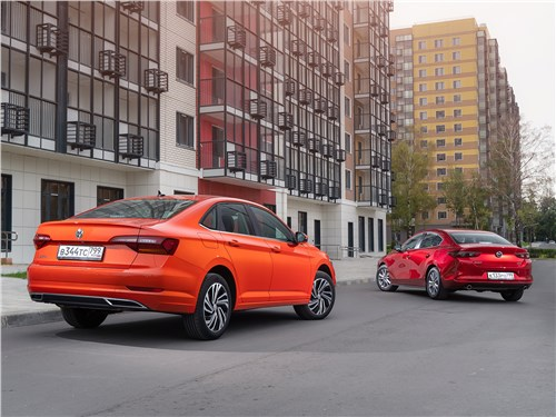 Mazda 3 (2019) и Volkswagen Jetta (2019) вид сзади