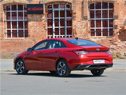 Hyundai Elantra (2021) вид сзади сбоку