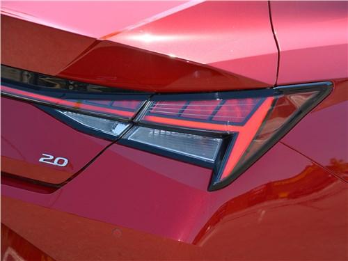 Hyundai Elantra (2021) задний фонарь