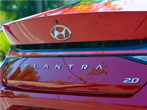 Hyundai Elantra (2021) вид сзади