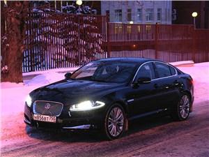 Jaguar XF 2011 вид спереди