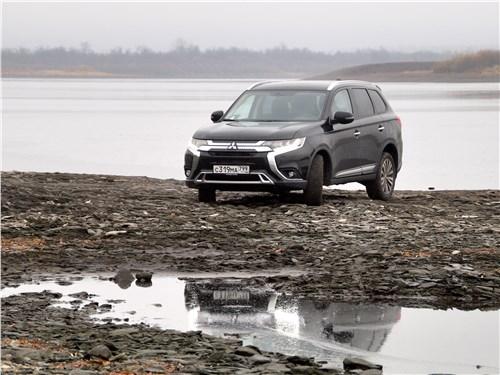 Mitsubishi Outlander 2018 вид спереди