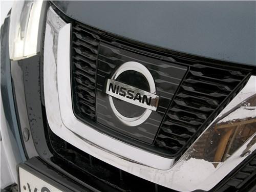 Nissan X-Trail 2018 фирменная эмблема