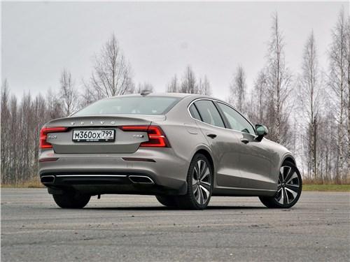 Volvo S60 2019 вид сзади