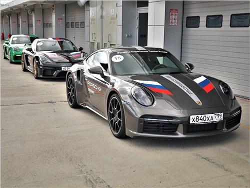 Актомобили Porsche в паддоке Moscow Raceway