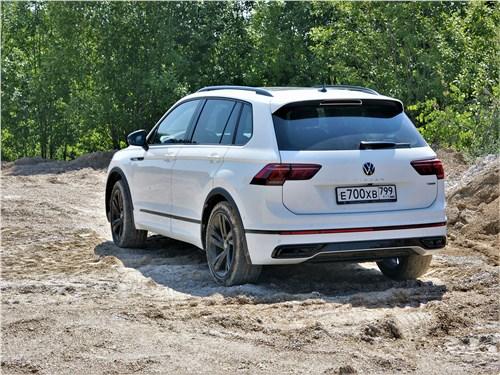 Volkswagen Tiguan R (2021) вид сзади