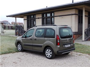 Короли практичности (Renault Kangoo, Peugeot Partner, Citroen Berlingo, Volkswagen Caddy) Berlingo - Citroen Berlingo 2012 вид сзади