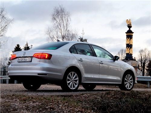 Volkswagen Jetta - Volkswagen Jetta 2015 вид сзади сбоку