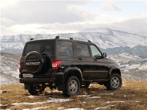 Не большие, но настоящие (Jeep Cherokee,Land Rover Defender 110,Mitsubishi Pajero,Nissan Pathfinder,SsangYong Rexton II,Toyota Land Cruiser Prado,UAZ Patriot) Patriot - UAZ Patriot 2016 вид сзади