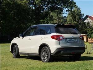 Suzuki Vitara 2015 вид сзади сбоку белая