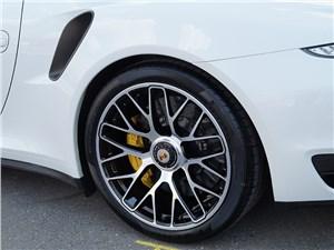 Колеса некоторых Porsche крепятся к ступицам центральной гайкой