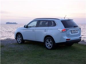 Mitsubishi Outlander 2013 вид сбоку