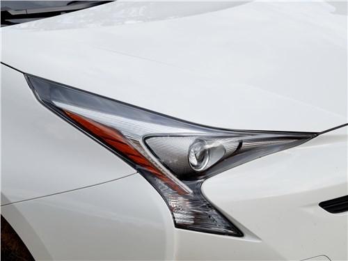 Toyota Prius 2016 передняя фара