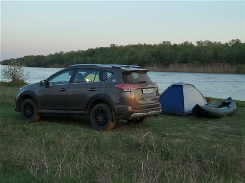 Toyota RAV4 2016 вид сбоку сзади вечером
