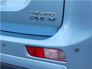 Mitsubishi Outlander PHEV 2014 вид сзади