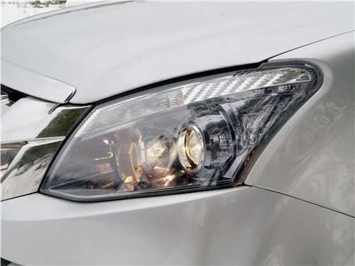Isuzu D-Max 2016 передняя фара