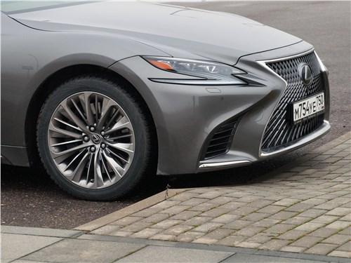Lexus LS 500 2018 просвет под передним бампером