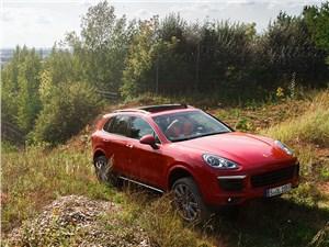 За бездорожьем для Porsche Cayenne далеко ехать не пришлось: между гоночной трассой и забором ее территории нашлись отличные «пампасы»