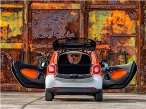 Предпросмотр smart fortwo 2015 вид сзади с открытым багажником