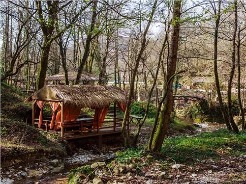 Вдоль горной дороги построили несколько уютных зон отдыха с кафе и верандами