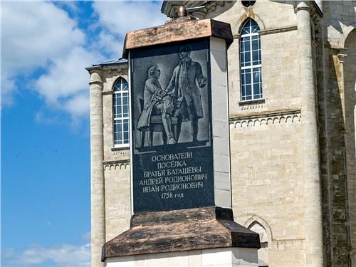 Памятник братьям Баташевым перед Троицким храмом в Гусь-Железном