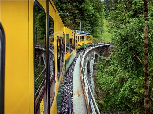 На самый высокогорный вокзал Старого Света ведет специальная, трехколейная зубчатая железная дорога