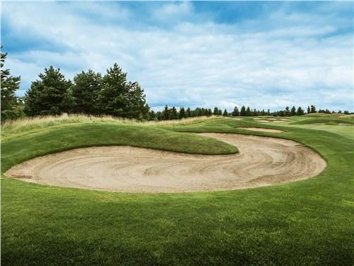Пестовское поле для гольфа протянулось на 6487 метров и состоит из 18 лунок