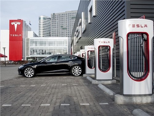 Автомобилям Tesla обновят прошивку из-за пожаров