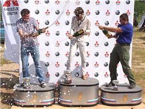 Победители журналистского заезда по традиции поливали друг друга шампанским