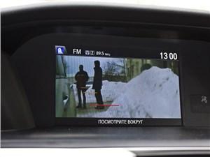 На верхний монитор проецируется качественное изображение с камеры заднего вида