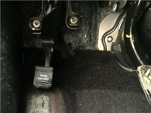 Infiniti Q60 (2016) педаль