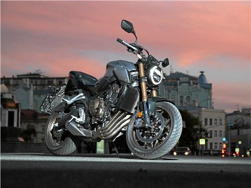 Honda CB650R Neo Sports Café Пол-литра с прицепом