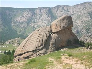 "Скала Мэлхий-хал в виде гигантской черепахи – символ парка ""Тэрэлж"""