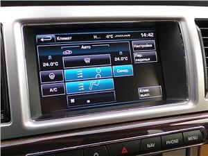 Jaguar XF 2011 экран мультимедийной системы