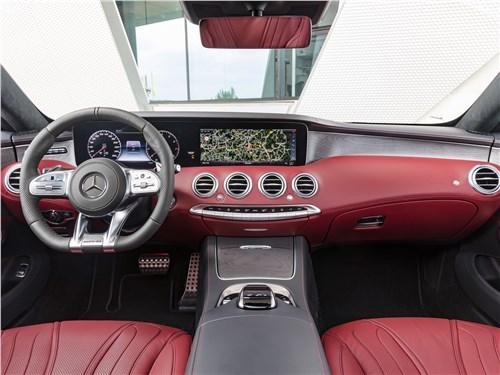 Mercedes S 560 Coupe 4matic 2018: водительское место