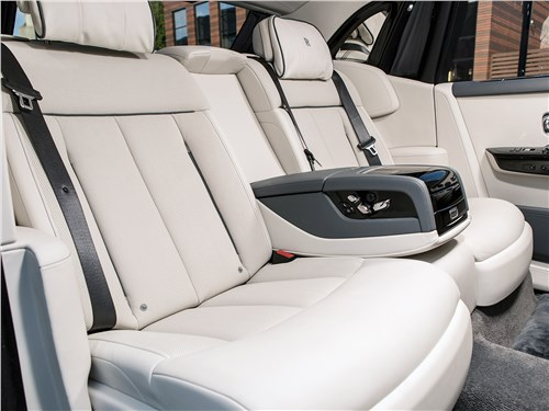 Rolls-Royce Phantom 2018 задние кресла