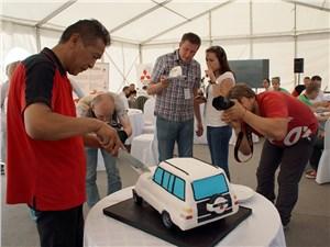 Прославленный гонщик угощает финалистов тортом, выпеченным в форме Mitsubishi Pajero
