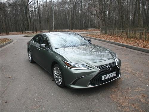 Lexus ES (2019) вид спереди