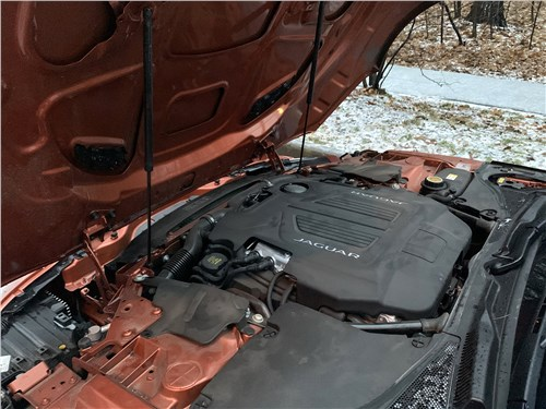 Jaguar F-Type 2021 моторный отсек