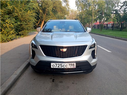 Cadillac XT4 (2019) вид спереди