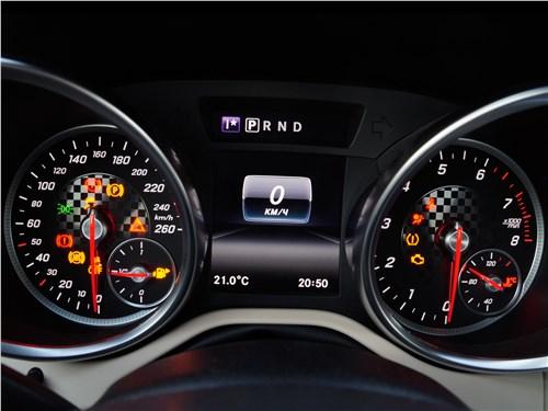 Mercedes-Benz SLC 2017 приборная панель