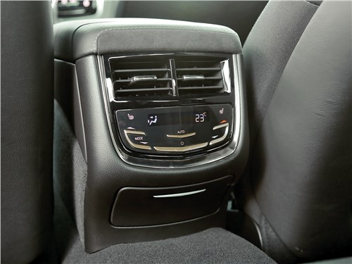 Cadillac CTS 2017 климат для второго ряда