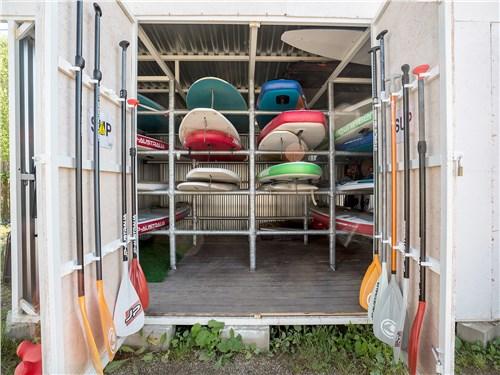Для тех, кто пока не обзавелся собственной доской (или автомобилем с достаточно вместительным багажником), на Плещеевом озере имеется прокат