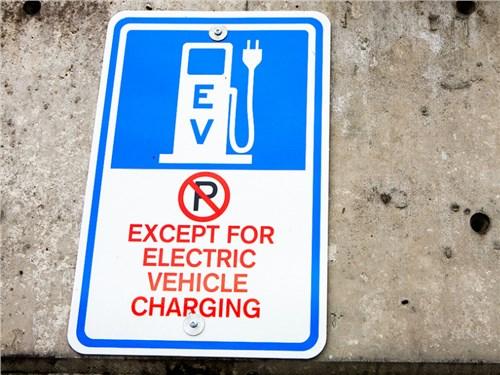 Власти РФ предлагают запретить парковаться рядом с ЭЗС