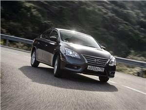 Nissan Sentra 2013 на дороге